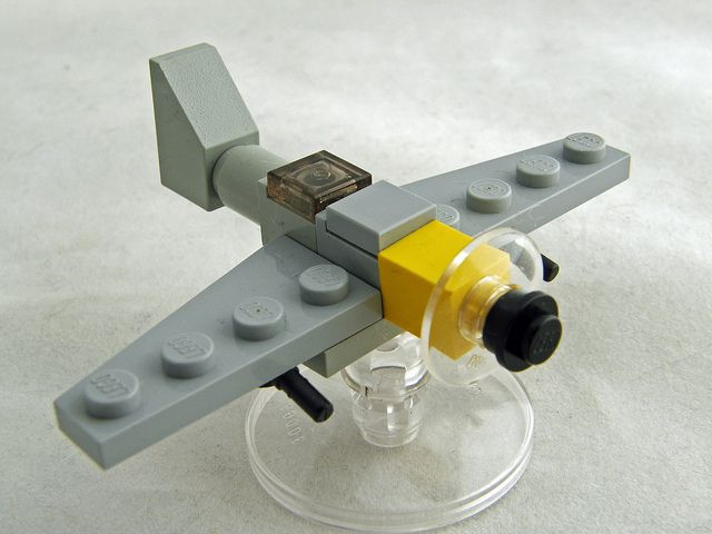Mini avión lego.