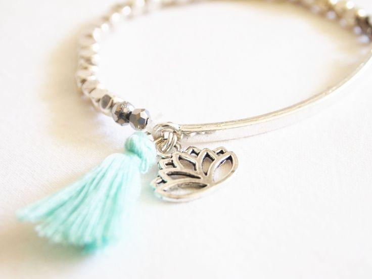 Bracelet élastique lotus et pompon bohème, hippie chic : Bracelet par la-fee-curiosites