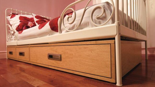 Une boîte de rangement à trois tiroirs glissée sous le lit vous permettra de gagner beaucoup d'espace.