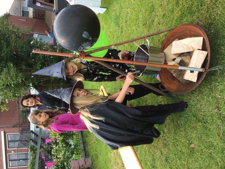Spelletje bedacht voor afscheid groep 5 Rosa: heksensoep maken, zoek zo snel mogelijk de ingrediënten en de heksen maken er soep van!
