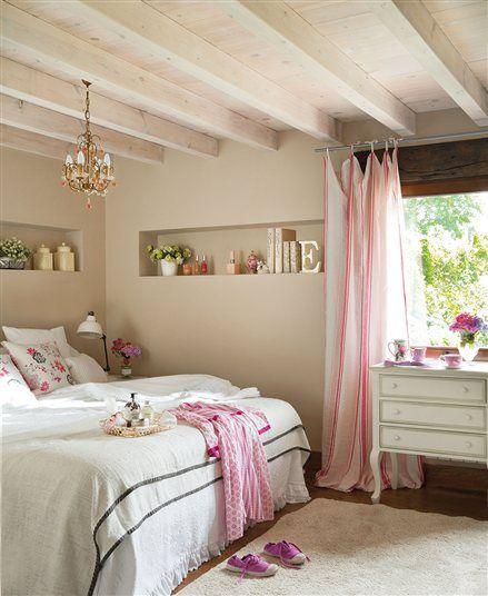 Habitacion en beige, con practicos estantes en la pared