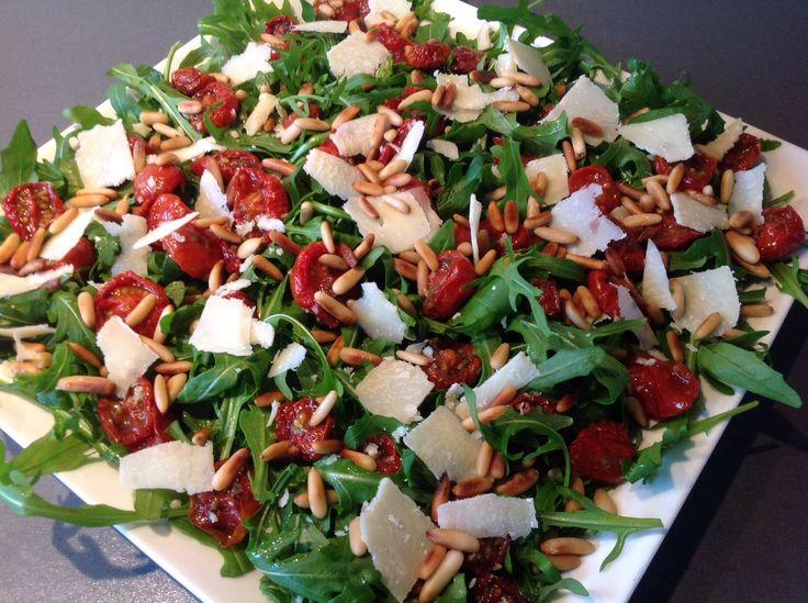Super lækker salat med hjemmelavede semidried tomater. Salat med semidried tomater.En pose ruccola salat eller en pose blandet salat.En pose pinjekerner. Ristes på panden.En håndfuld høvlet parmasan ost.4-5 spsk. semidried tomater. Se under langtidsbagte semidried tomater.Anret det hele på et fad.