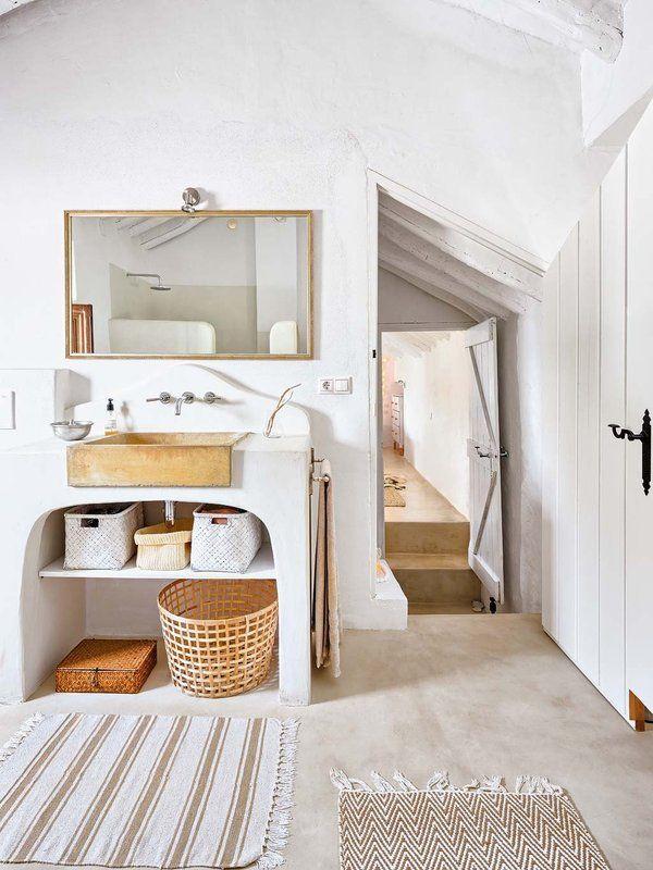Un #cortijo reformado rodeado de olivos #casa #baño