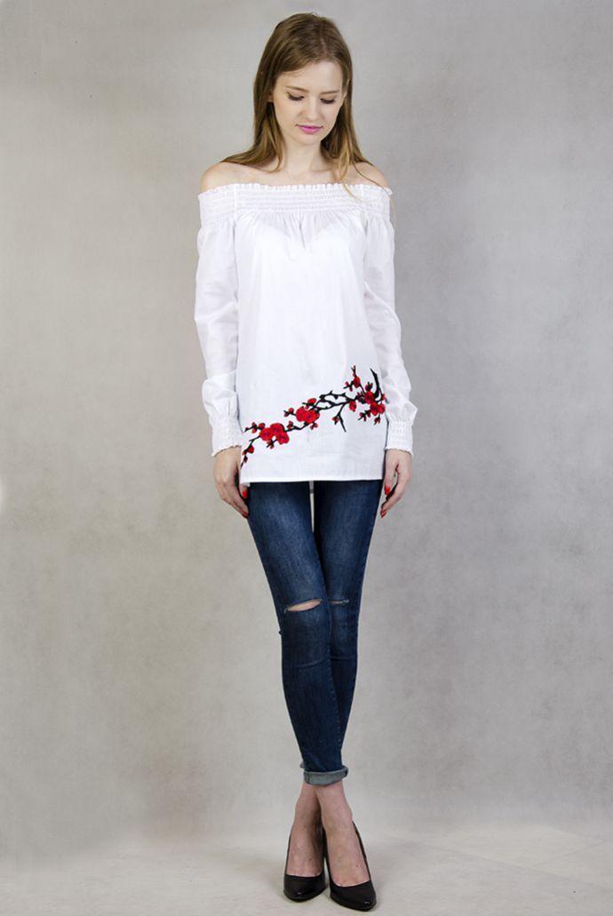 Biała koszula z hiszpańskim dekoltem i czerwonymi kwiatami