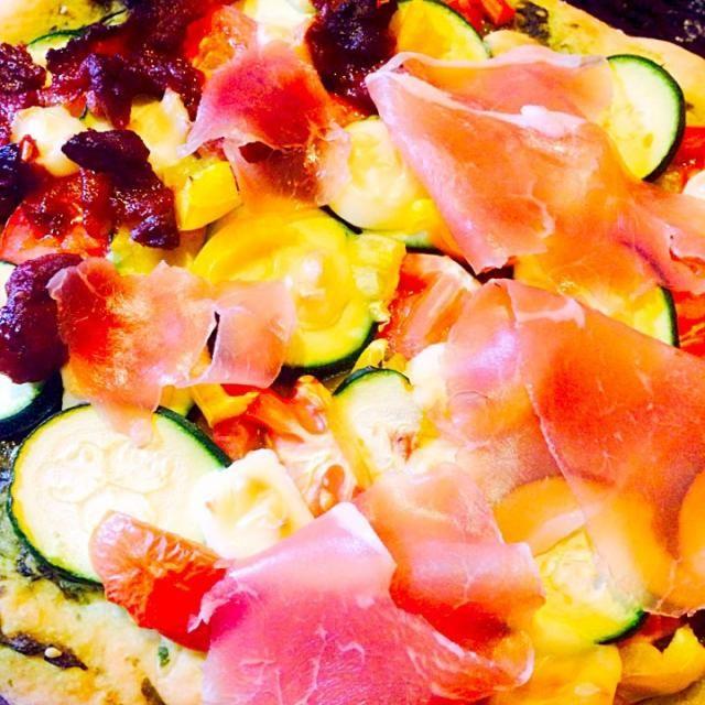 昨日バジルをワンサカ摘んで ジェノベーゼソースを作って そのソースでピザ。  ズッキーニ、パプリカ、トマト、豚肉のしぐれ煮、生ハムトッピングです。 贅沢ですね〜 うまかった〜ヾ(@⌒ー⌒@)ノ しゃーわせー♥️ - 85件のもぐもぐ - お昼はピザ by 31sato