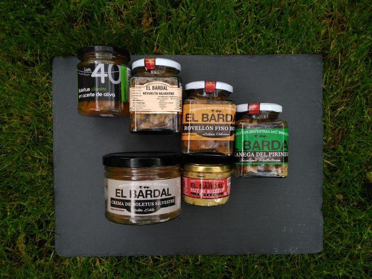 Pack Gourmet Setas Lover Delicioso pack gourmet para los amantes de las setas. Compuesto por:  Boletus silvestre en aceite de oliva (225 gr) Revuelto de setas silvestres al natural (370 gr) Botón de Níscalo (Robellón) silvestre al natural (250 gr) Capuchina (Llanega del Pirineo) silvestre al natural (250 gr) Paté de Boletus silvestre con Trufa Negra (125 gr) Crema de Boletus silvestre (500 gr)