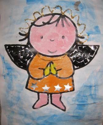 * Engeltje! 1-2 Kleur een kleurplaat van een engel in of verf hem met waterverf. De vleugeltjes vullen de kinderen op door goud of zilver papier te scheuren of knippen.