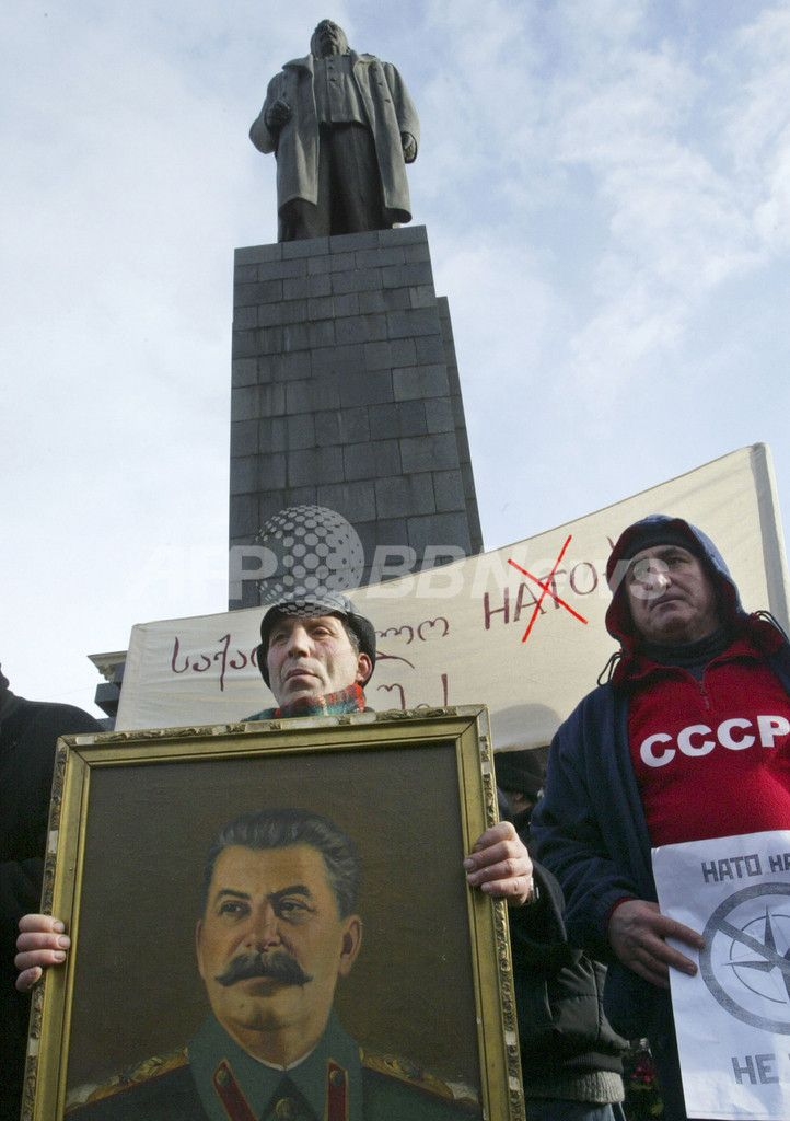 旧ソ連の最高指導者ヨシフ・スターリン(Joseph Stalin)の誕生から127年目を迎えた出身地のグルジア・ゴリ(Gori)の中央広場に立つスターリン像の前で、スターリンの肖像画を持って立つ男性(2006年12月21日撮影)。(c)AFP/VANO SHLAMOV ▼27Jun2010AFP スターリン像を出身地の中央広場から撤去、グルジア http://www.afpbb.com/articles/-/2737832 #Georgia #Gurcustan #Gurcistan #Georgie #Georgien #Gori #Stalin