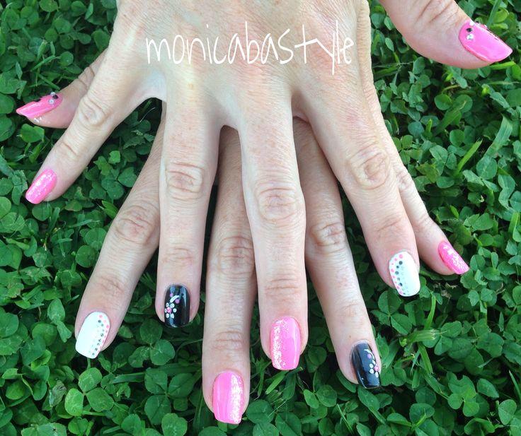 Manicura con #esmaltes semipermanentes en color rosa, negro y blanco con #decoración #nailart