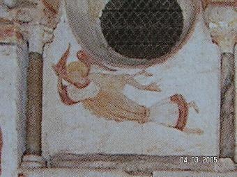 Baptistère Saint Jean Poitiers.- 94) BAPTISTERE ST-JEAN à POITIERS: ..Sainte-Croix, comme l'escalier qui, du côté du baptistère montait vers le sol, sont des annexes des bâtiments gallo-romains qui n'étaient même plus connus au IV°s, sans quoi on n'eût pas appuyé l'angle de la cella sur une poche vide. Enfin, au N-O de la piscine, une sorte de four circulaire en briques qui n'est pas antérieur au 19°s est appuyé sur un massif romain. Le fond était garni d'argile et le tout a chauffé.