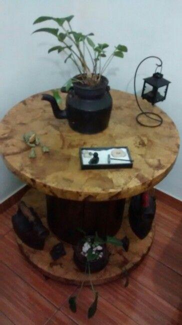 Mesa de carretel com filtro de cafe.