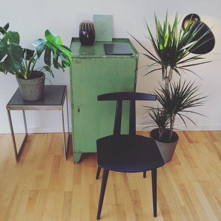 #bruunmunch #J111 #danish #design #scandinavian #producedindenmark #style #craftmanship #interiordesign #madeindenmark #chair #diningchair #nordic #newnordic #nordicdesign #nordicliving #interiordesign #interior #home #wood #woodfurniture #oak #homedecor #decor #inspiration #nordicdesign #wood #furniture #woodfurniture #laminate #black #green