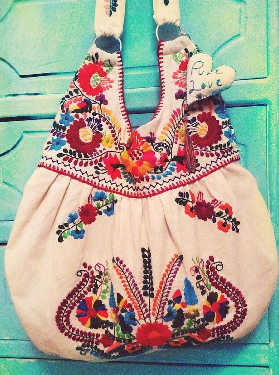 Bolso con hermoso bordado floral mexicano, unica pieza hecha a mano