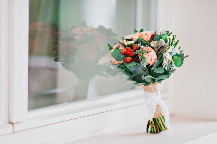 Букет невесты из розовых роз, белой астильбы, зеленого эвкалипта и