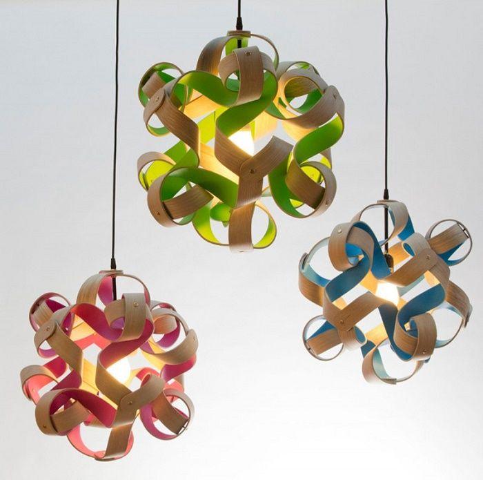 カールした木のランプはポップでハッピー! | http://www.contemporist.com/2015/01/25/curls-of-wood-with-pops-of-color-surround-these-lights/