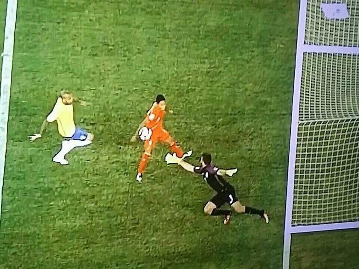 Un gol con la mano irregolare. Il mondo vede le immagini video dell'irregolarità ma la terna arbitrale dopo la moviola decide che il gol del Perù è valido