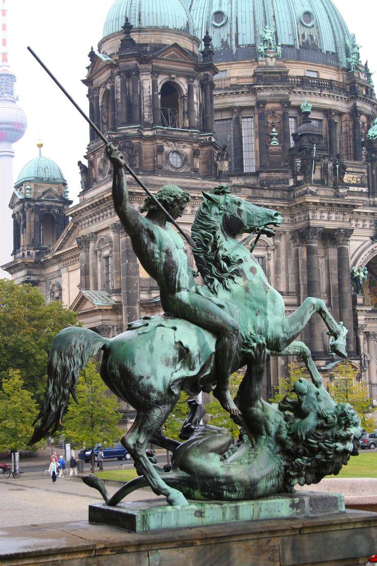 Berliner Dom und Skulptur Pferd mit Reiter ❤️