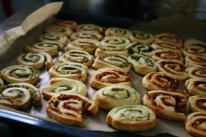 Hartige bladerdeeghapjes •1 blik croissantdeeg •1 potje biologische groene pesto of arrabiata pesto (AH)