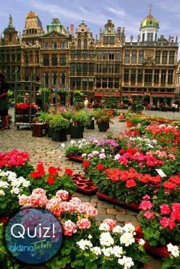 Ώρα για quizzzz!!!! Γνωρίζεται πότε ''στρώθηκε'' για πρώτη φορά το χαλί των λουλουδιών στην ''Μεγάλη'' πλατεία της φωτογραφίας μας και σε πια πόλη συμβαίνει αυτό το πολύχρωμο γεγονός??