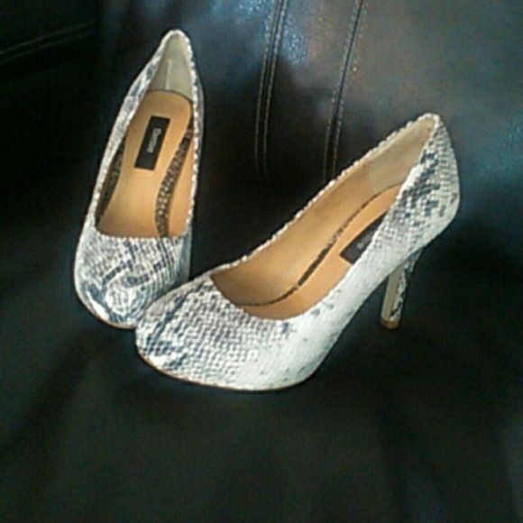 Theme Snake print & Texture size 8.5 Used once, size 8.5, snake print grey &white, great condition, 3 1/2 heel with about half inch platform, fabulous shoe!! Without box theme Shoes