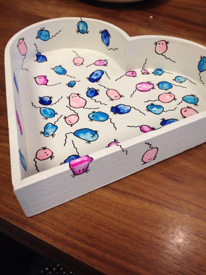 Geboorte dienblad. Van alle kinderen 2 vingerafdrukken, maak daar muisjes van, lak er over en klaar!