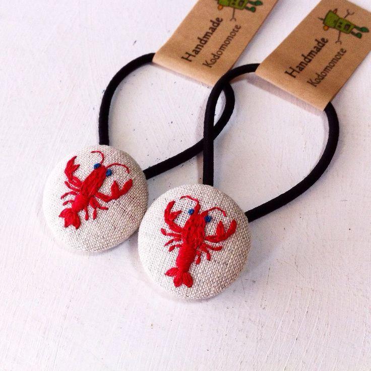 いいね!164件、コメント9件 ― コドモノテさん(@kodomono_te)のInstagramアカウント: 「アメリカザリガニを刺繍したくるみボタンのヘアゴム作りました。アメリカザリガニって、鮮やかな赤色してますよね。 ボタンの大きさは27mmです。  #embroidery #handmade…」