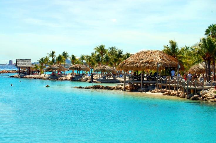 Uw eigen thuis op Curaçao! Ocean Resort 5 sterren, biedt comfortabele en luxe appartementen aan de azuurblauwe Caribische Oceaan. Neem een verfrissende duik in het zwembad of geniet van de rust op het privé-strand. Voor actie en een verfrissende cocktail ligt het levendige Mambo Beach letterlijk om de hoek.