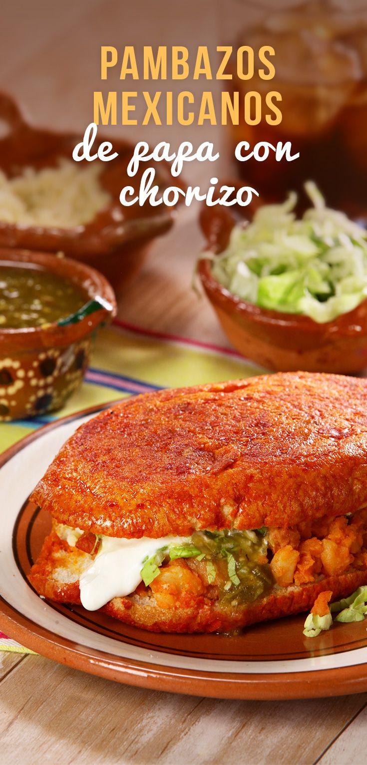 Los pambazos son un antojito tradicional mexicano en donde el bolillo se baña con una salsa de chile guajillo. Se rellena con papa y chorizo acompañados con un poco de lechuga fresca, queso añejo, crema y una salsa verde cruda. ¡Riquísimos! Iguales a los de la señora de la esquina.