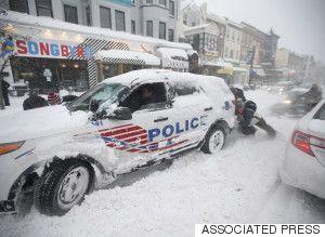 アメリカ東部を襲った大規模な寒波は、AP通信によると、1月24日時点で少なくとも29人が死亡した。  首都ワシントンは24日、強い地吹雪に見舞われた。一方で、一部運行を見合わせていたニューヨークのバスや地下鉄が再開し、ニューヨーク市内の道路交通規制も解除された。  ロイターによると、アメリカ国立気象局の観測では、ニューヨーク中心部のセントラルパークで史上2番目に多い68cmの積雪を観測した。ワシントンで57cm、ボルティモア・ワシントン国際空港には74.2cm、ウェストバージニア州グレンギャリーでは106.7cmが積もった。
