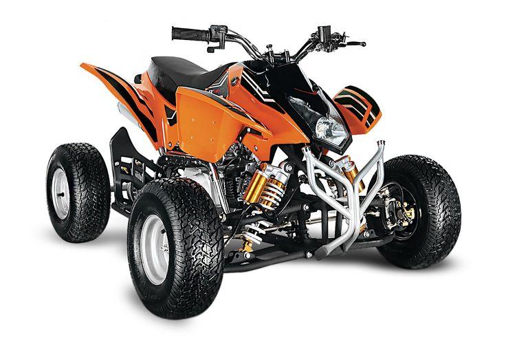 Le Quad Grizzly 125cc pour adolescent ou adulte de couleur Orange est équipé de jantes 8 pouces, de pneus route, d'un moteur 4 temps de 7 chevaux, de freins à disque hydraulique et de sortie d'échappement sport.  Taille chassis : Chassis XL ( 8-77 ans) Conseils taille utilisateur min max en cm : min 125, max 200 Cylindree cc: : 125 Moteur : thermique 4 temps type honda Transmission : chaine Refroidissement : air Marche arriere : oui Puissance kw ps : 9 Allumage : Cdi Démarreur : electrique…