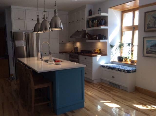 Merci à Mme Durocher pour l'envoi de ses photos de sa nouvelle #cuisinesaction Matériel : Bois îlot bleu et opaque blanc Comptoir: Quartz et bois