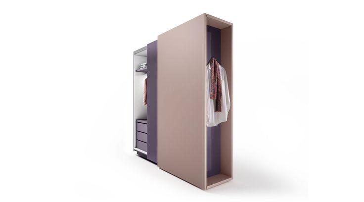 Duee è un armadio scorrevole dotato di fianco attrezzabile con mensole e appendiabiti. Perfetto per la cameretta dei bambini.