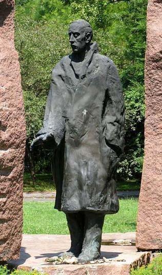 Raoul Wallenberg  - Az emlékművet Varga Imre készítette 1987-ben.