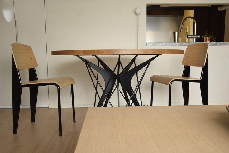 オーク柾目とアイアンの丸テーブル。テーブルの脚をアイアンできれいな形にしたいと考えた時に頭に浮かぶのはフランスの建築家ジャン・プルーヴェのデザイン。その有機的な形に東京タワーやエッフェル塔のように細かい線が重なった繊細さ、「そんな形で壊れないの?」というバランス感。その要素を取り入れたいと思い形を考えていきました。ブーメランのような形をした5枚の鋼板が中心に向かっていくけど中心は接していない。 それを支えるかのように細いパイプが重なっていく、自転車のスポークがねじりを入れたり溶接して剛性を出すように。そしてこの形が出来上がりました。木材の表情の美しさと金属の特性を活かした複雑な造形の美しさを込めたテーブル「Libra」。直径1300mm、厚み25mmのナラ板目材の天板に、レーザーで切り出した鋼材の羽を細い糸で編むようにパイプを交差させて緊張感を生み出した円卓です。スチール部分のカラーはマットブラックで、メラミン焼付塗装仕上げになっております。5~6人で十分に食事ができます。