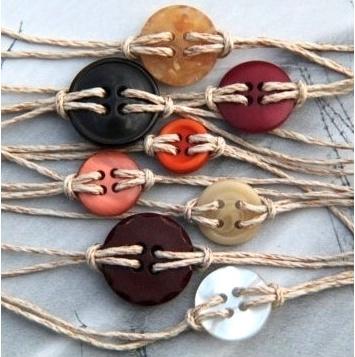 Pulseras con botones y cordón de yute