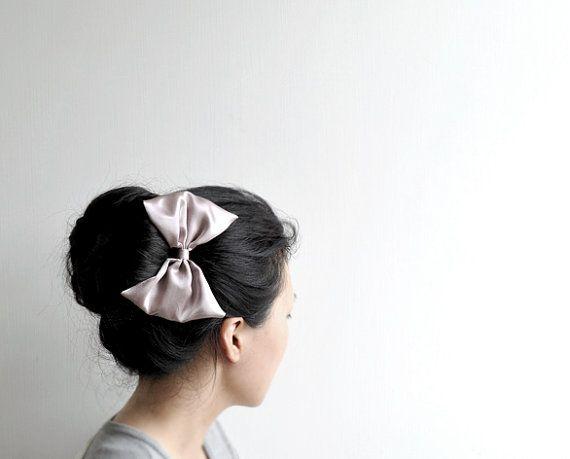 Prix dorigine - 15 $ USD  Cette liste est pour une barrette. Il est disponible en 3 couleurs (sil vous plaît vérifier la cinquième photo) : A - pâle prune B - champagne rouille C - gris (Epuisé) Veuillez sélectionner votre préférence de couleur avant la procédure de paiement.   Pince à cheveux bowKnot est fait main avec soin et My LOVE. Pour les plus dinformations sur littlehinLEE www.facebook.com/littlehinLEE     La pince à cheveux est emballée dans un sac de tissu. Copyright © littlehinLEE