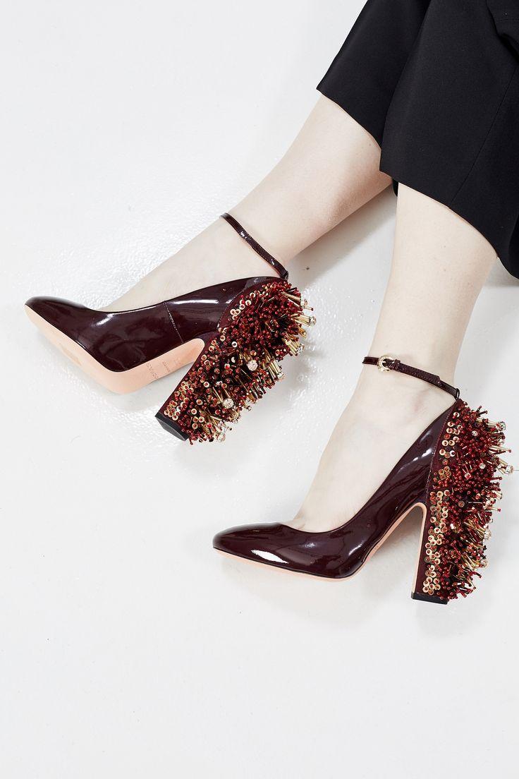 ROCHAS создают идеальную обувь для вечеринок. Эти бордовые туфли из лаковой кожи станут отличной паройвашему любимому коктейльному платью. Но несмотря на яркий каблук, украшенный пайетками, бисером и кристаллами, они отлично впишутся и в повседневный гардероб.