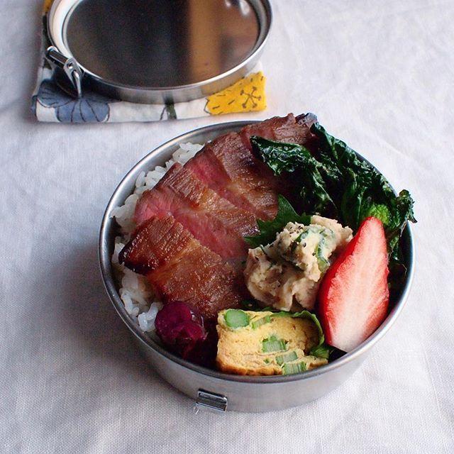 2018.02.27 ☀︎ 今日のお弁当。 トンテキ/アレッタのソテー/アスパラガスのプチスパニッシュオムレツ/ポテトサラダ/しば漬け/ご飯/いちご。 ・ スーパーの特売で買ったトンテキ用と書かれたお肉が牛肉並みに綺麗なピンク色に焼けたので、あれ?牛肉買ったっけ?って一切れ(オット氏の分を)味見したらやっぱり豚肉だった☺︎