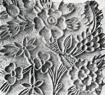 3- Yazmacılık sanatının en parlak devrinde yaşayan kalıp ustaları, oymacılıkta çağlarının en güzel biçimlerini oyarak şekillendirmişlerdir. Günümüzde kalıp oymacılığı eskiye oranla çok azalmış ve tüm inceliğini, güzelliğini kaybetmiştir. Eski kalıplardan elimizde kalan örnekler bize kalıp oyma sanatının o devirde zirveye ulaştığını ispatlamaktadır.