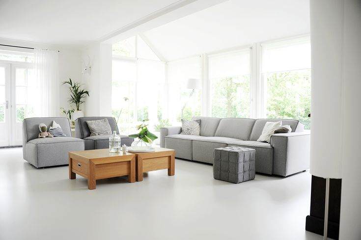 Lichte vloer grijze bank, kleur salontafels mooi