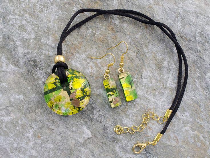 Parure un vetro di Murano con pendente rotondo, leggermente bombato, ed orecchini rettangolari.   Il laccio è in cotone nero.   Un pendente verde/rame inserito su una foglia d'oro. Collana che inneggia alla primavera, al risveglio della natura.