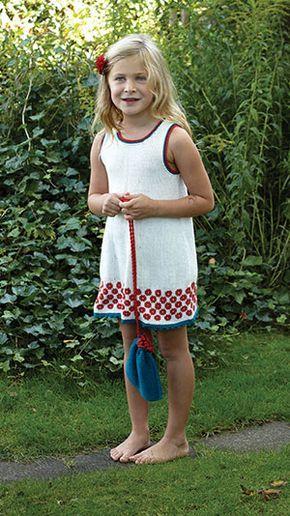 En strikkeopskrift på en sød strikket kjole med et fint mønster forneden og en lille matchende posetaske. Måske du kender en pige der skal forkæles?