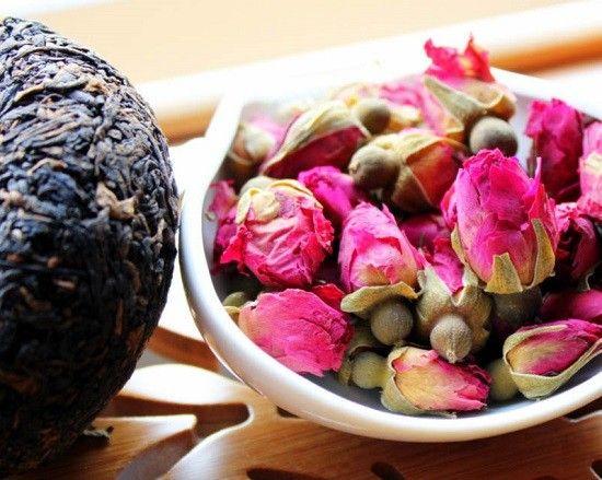 Al gusto di rosa Ingredienti: pezzi di mela, petali di rosa canina, fiori di ibisco, bacche di sambuco, bucce d'arancia, boccioli di rosa, aromi (senza ibisco).