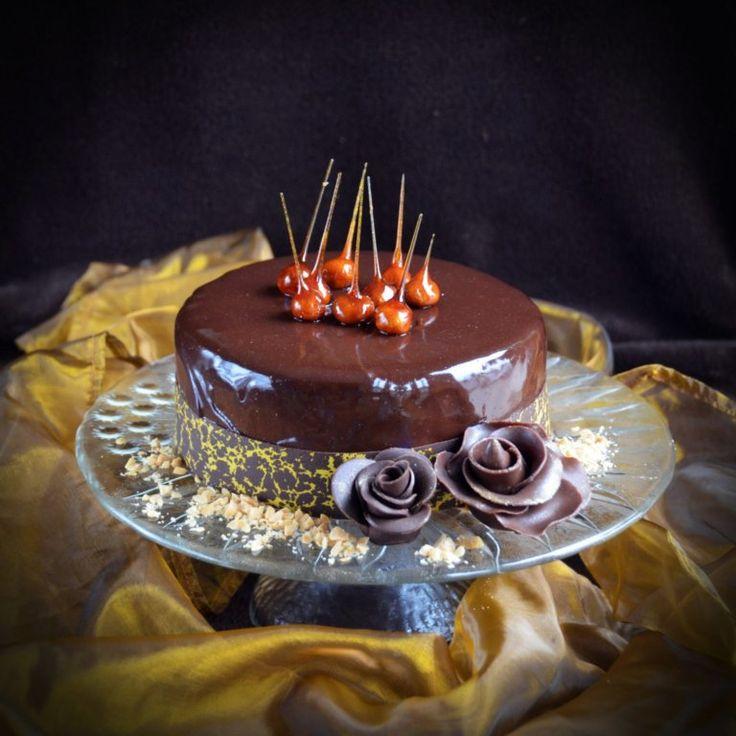 Mogyoró mousse torta karamellizált mogyorótüskékkel, tükörglazúrral és mintás csokigallérral Hazelnut mousse cake with caramelized hazelnut spikes