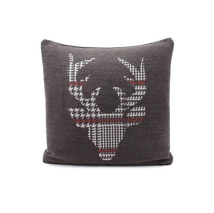 Ce coussin carré 45 x 45 cm de couleur gris est très confortable. Sa face avant est en laine avec une tête de cerf brodée et sa face arrière, unie, est en velours. Apportez une touche sauvage à votre décoration d'intérieur avec ce coussin original qui saura trouver sa place autant dans un chalet qu'une maison.  Composition : 19% coton ; 8% polyamide ; 13% polyacrylique ; 60% laine  Entretien : déhoussable, nettoyage à sec…