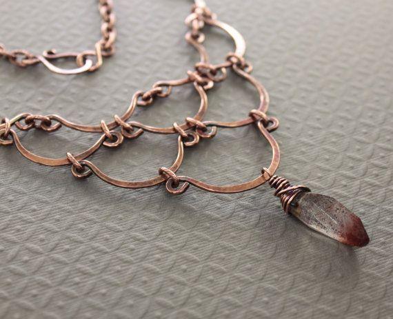 Collar de cobre declaración egipcia cascada con Vieira en forma de arcos e inclusiones rojas de lepidocrocita piedra colgante