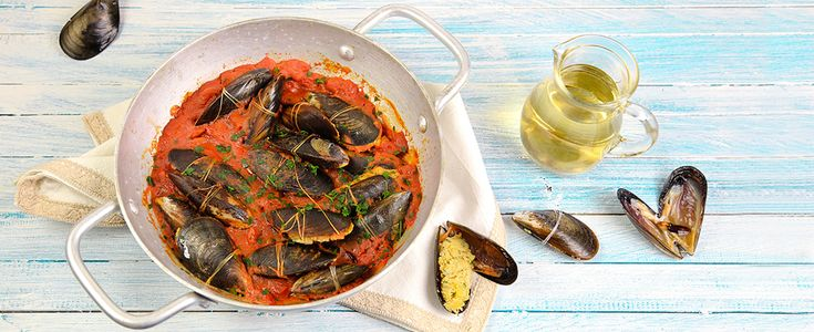 Le cozze ripiene sono un antipasto di mare tipico della cucina del sud Italia, scegliete cozze nere fresche e utilizzate una polpa di pomodoro densa.