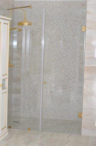 Данный проект выполнен силами нашей компании в мае 2016 г. Стеклянные двери в душевую.Двери изготовлены из закаленного стекла 10мм. Стекло для производства дверей использовали осветленное. Фурнитура покрашена в золотой цвет. Проект реализован в п. Малаховка, Московской области