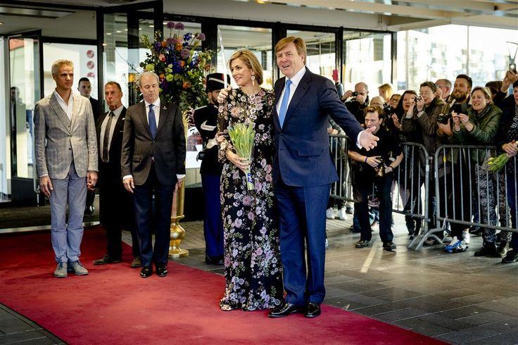TILBURG - Koning Willem-Alexander, koningin Máxima en prinses Beatrix zijn maandagavond aangekomen bij het Koningsdagconcert in Theaters Tilburg. Ook prins Constantijn, die niet was aangekondigd, was van de partij. Constantijn arriveerde met zijn moeder.