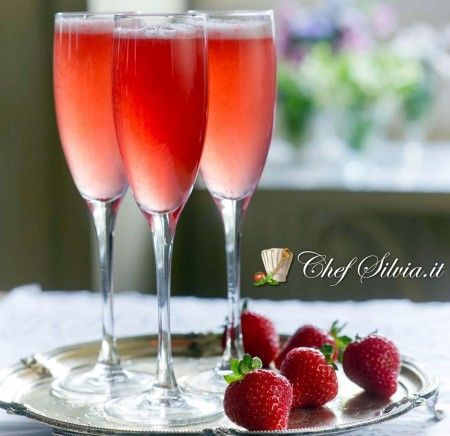 Spumante alla fragola.  Un profumato cocktail ideale per accogliere gli ospiti durante le festività Pasquali